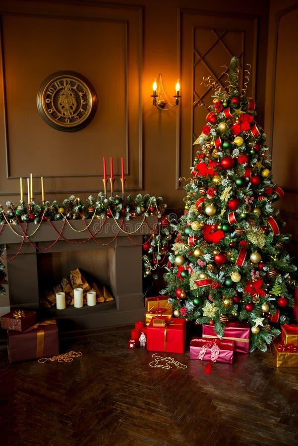Immagine calma dell'albero classico interno del nuovo anno decorato con il camino fotografia stock