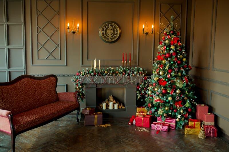 Immagine calma dell'albero classico interno del nuovo anno decorato in una stanza con il camino immagine stock
