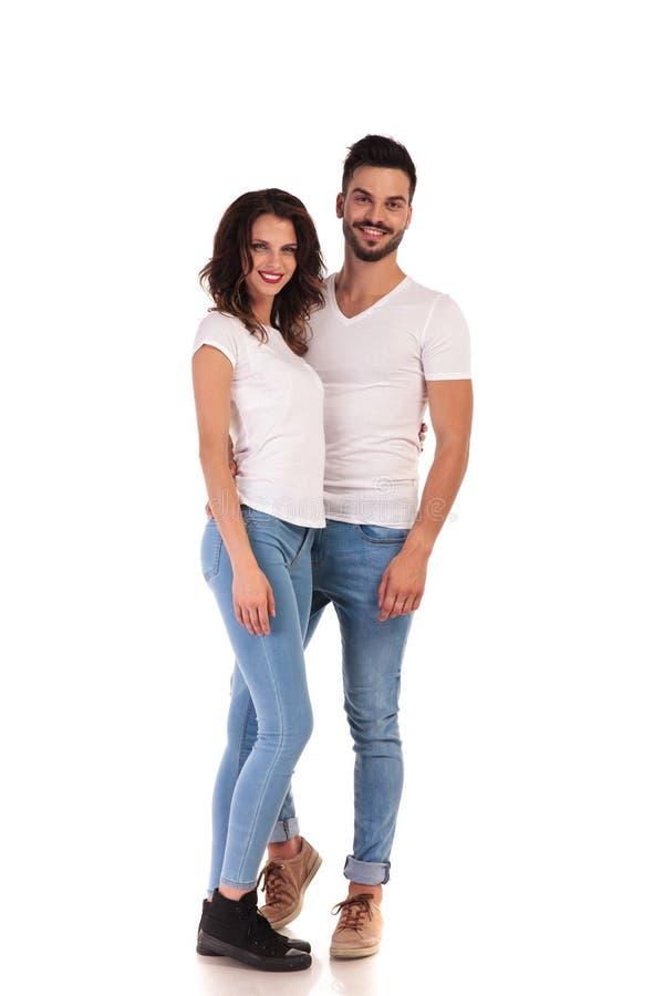 Immagine completa del corpo di giovane coppia abbracciata fotografie stock