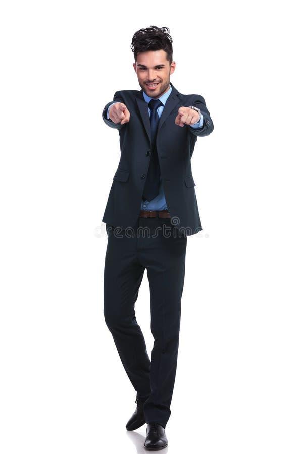 Immagine completa del corpo di un uomo di affari che indica le sue dita immagini stock