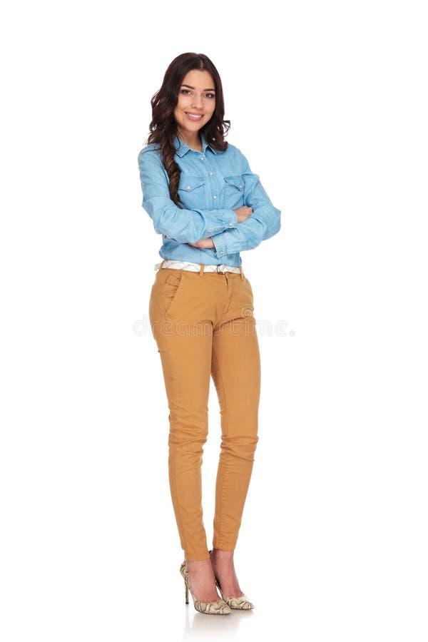 Immagine completa del corpo di una donna che sta con le mani attraversate fotografie stock libere da diritti