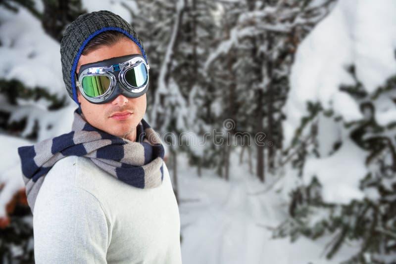 Immagine composita degli occhiali di protezione d'uso dell'aviatore dell'uomo contro fondo bianco immagine stock libera da diritti