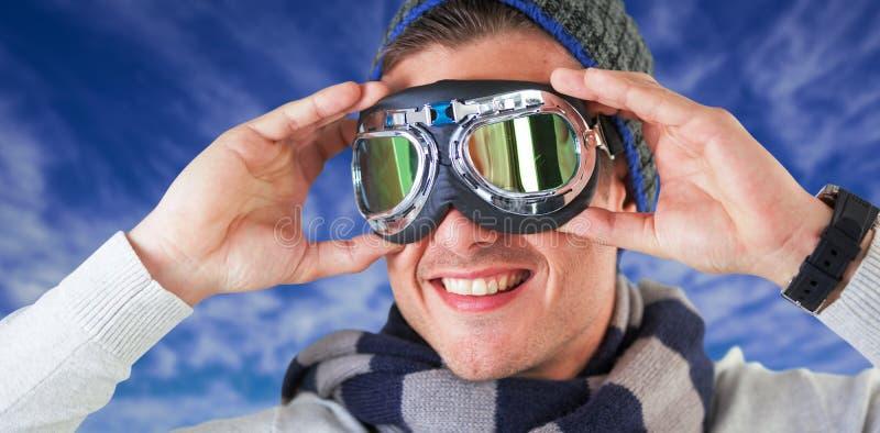 Immagine composita degli occhiali di protezione d'uso dell'aviatore dell'uomo felice immagine stock