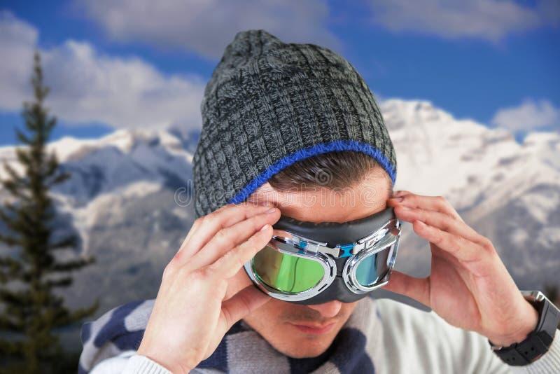 Immagine composita degli occhiali di protezione e del cappello d'uso dell'aviatore dell'uomo immagine stock