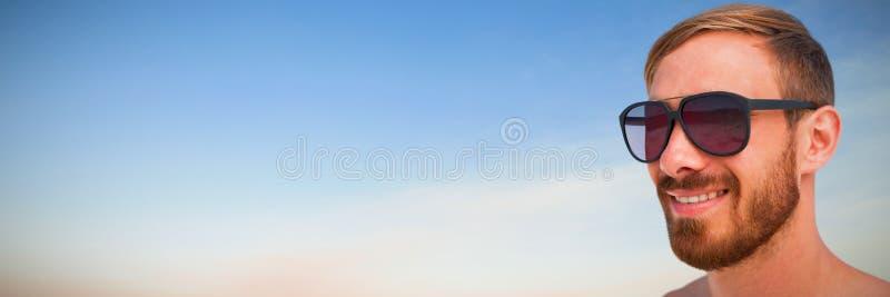 Immagine composita dei vetri di sole d'uso dell'uomo alla moda fotografie stock libere da diritti