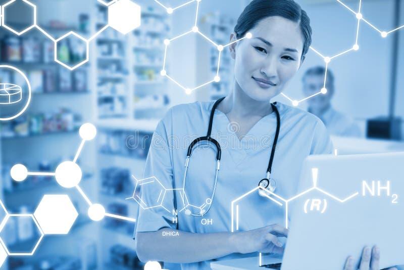 Immagine composita del chirurgo femminile sorridente che per mezzo di un computer portatile fotografie stock libere da diritti