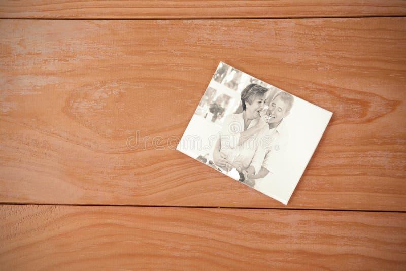 Immagine composita del cuore di rosso della busta fotografie stock
