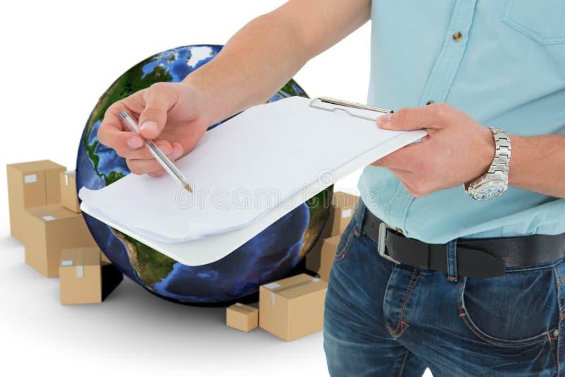 Immagine composita del fattorino con la lavagna per appunti che chiede la firma fotografie stock