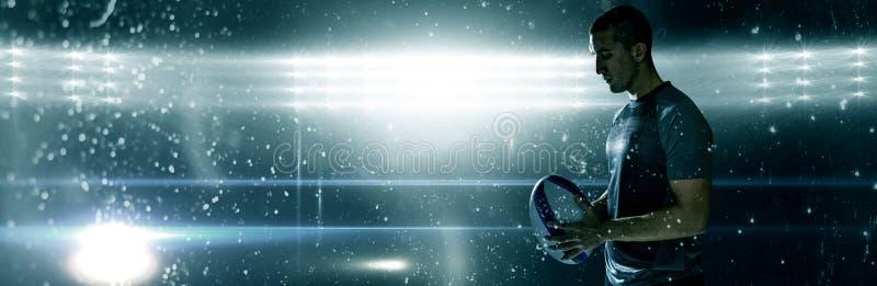 Immagine composita del giocatore calmo di rugby che pensa mentre tenendo palla immagine stock