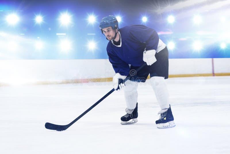Immagine composita del giocatore che gioca hockey su ghiaccio fotografie stock libere da diritti