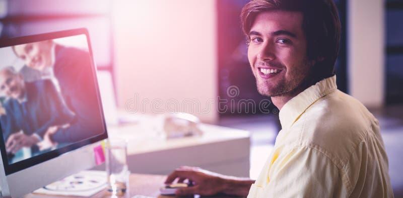 Immagine composita del ritratto dell'uomo d'affari sorridente fotografie stock libere da diritti