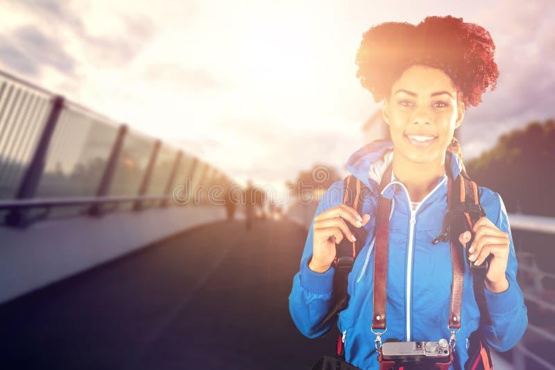 Immagine composita del ritratto della viandante con lo zaino e la macchina fotografica fotografia stock libera da diritti