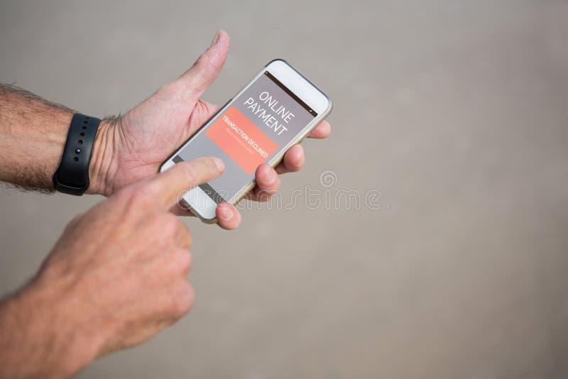 Immagine composita del testo online di pagamento su esposizione mobile grigia fotografia stock