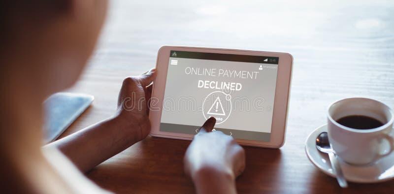Immagine composita del testo online di pagamento sullo schermo blu del telefono fotografia stock