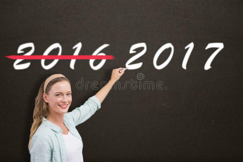Immagine composita dell'insegnante sorridente che scrive sopra il fondo bianco fotografie stock