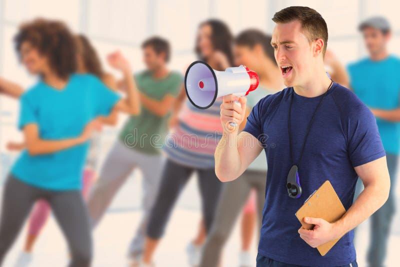 Immagine composita dell'istruttore maschio che urla tramite il megafono immagini stock libere da diritti