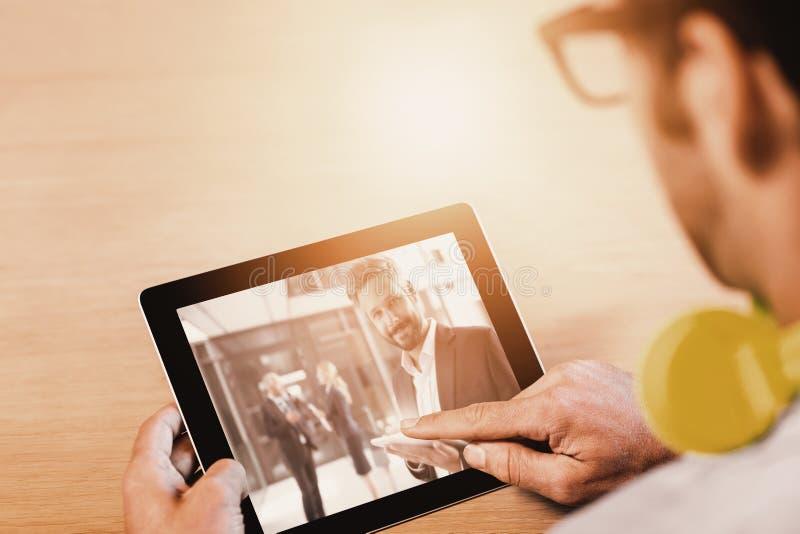 Immagine composita dell'immagine potata dell'uomo con la compressa digitale fotografie stock