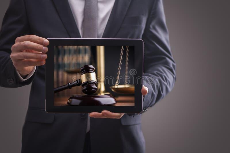 Immagine composita dell'uomo che per mezzo del pc della compressa immagine stock libera da diritti