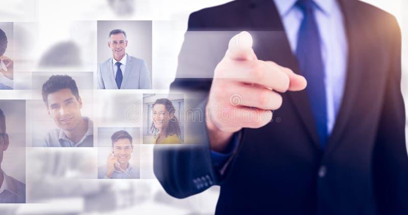 Immagine composita dell'uomo d'affari che indica il suo dito alla macchina fotografica fotografia stock