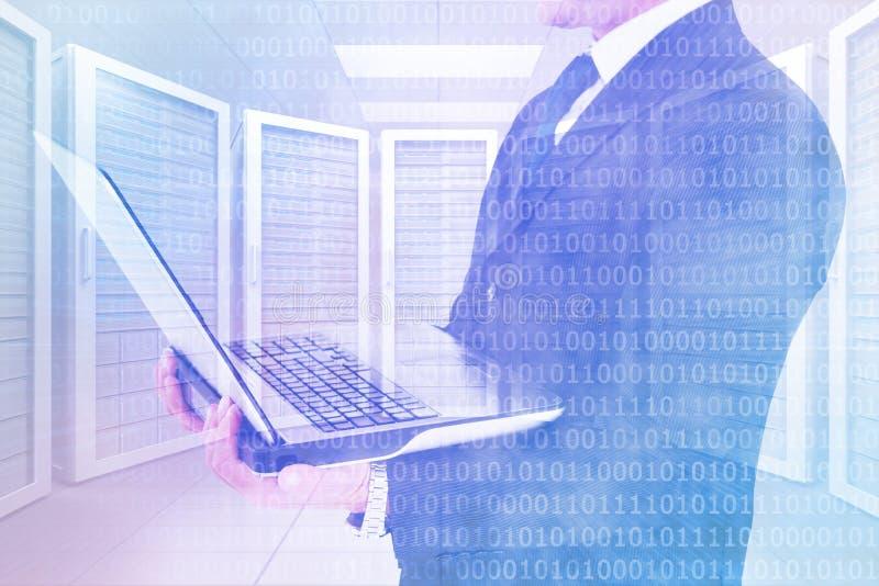 Immagine composita dell'uomo d'affari con l'orologio facendo uso del pc della compressa immagini stock libere da diritti