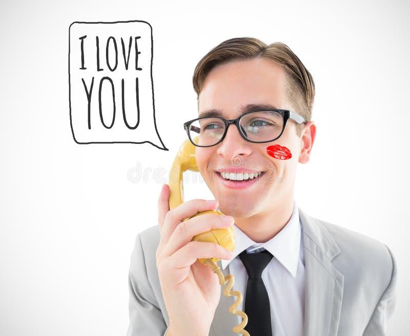 Immagine composita dell'uomo d'affari geeky che parla sul retro telefono immagine stock