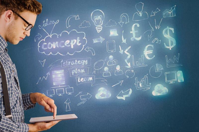 Immagine composita dell'uomo d'affari geeky facendo uso del suo pc della compressa fotografia stock libera da diritti