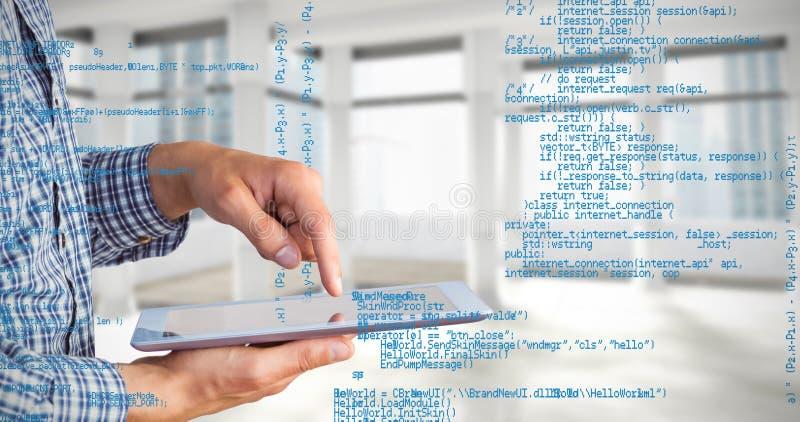 Immagine composita dell'uomo d'affari geeky facendo uso del suo pc della compressa immagini stock
