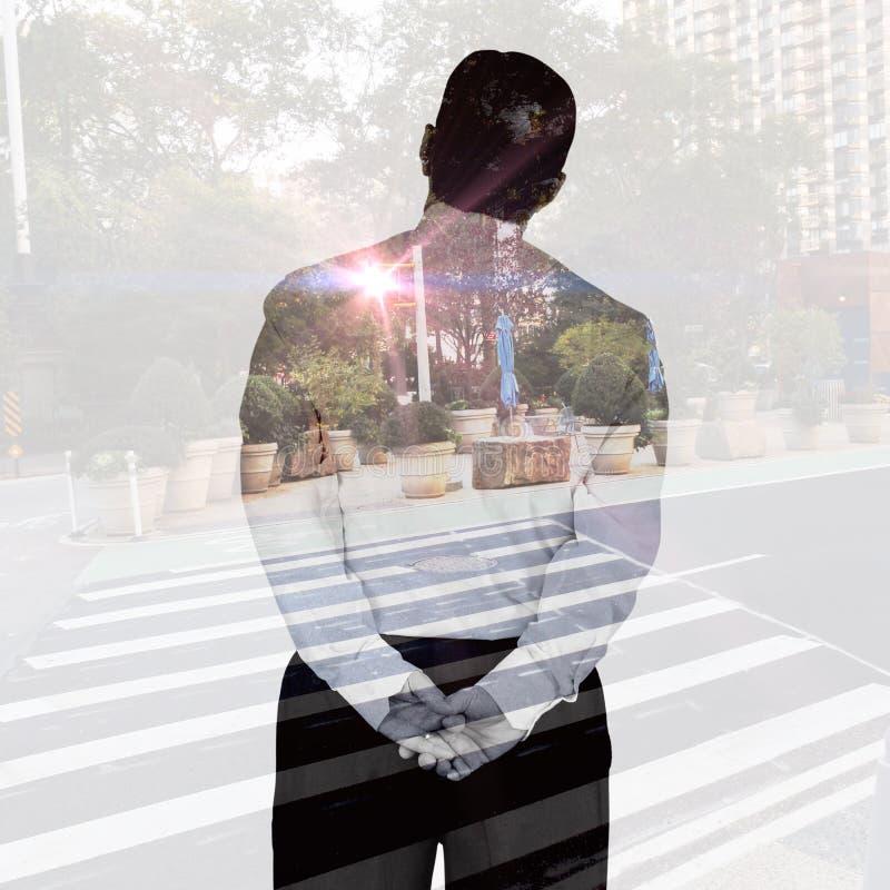Immagine composita dell'uomo d'affari maturo che guarda e che considera fotografia stock