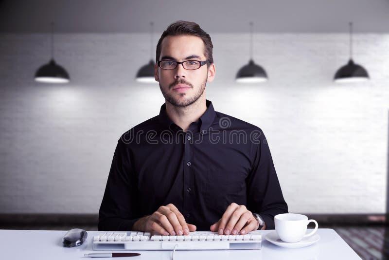 Immagine composita dell'uomo d'affari messo a fuoco che scrive sulla tastiera fotografie stock libere da diritti