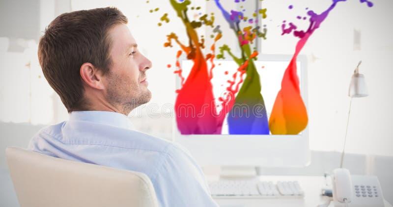 Immagine composita dell'uomo d'affari sorridente che si siede al suo scrittorio illustrazione vettoriale