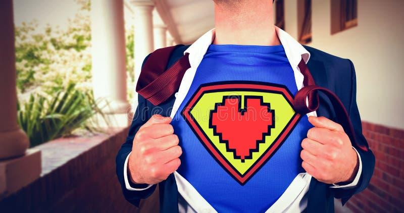 Immagine composita della camicia di apertura dell'uomo d'affari nello stile del supereroe fotografie stock