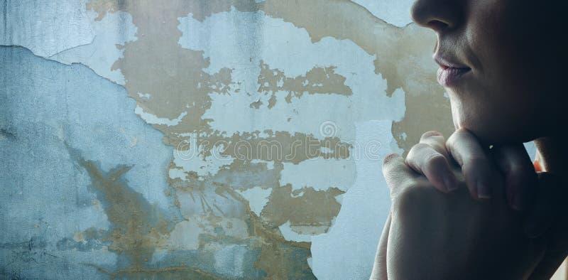 Immagine composita della donna che prega su fondo bianco immagini stock libere da diritti