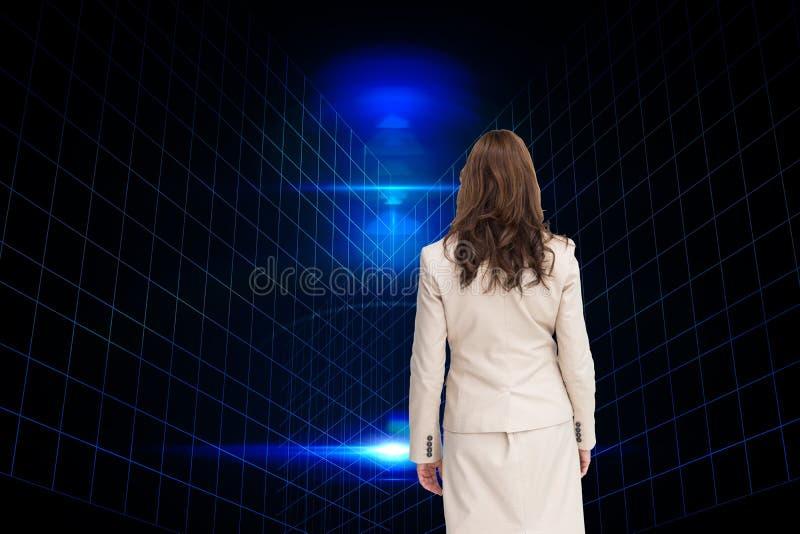 Immagine composita della donna di affari che cammina a partire dalla macchina fotografica fotografie stock