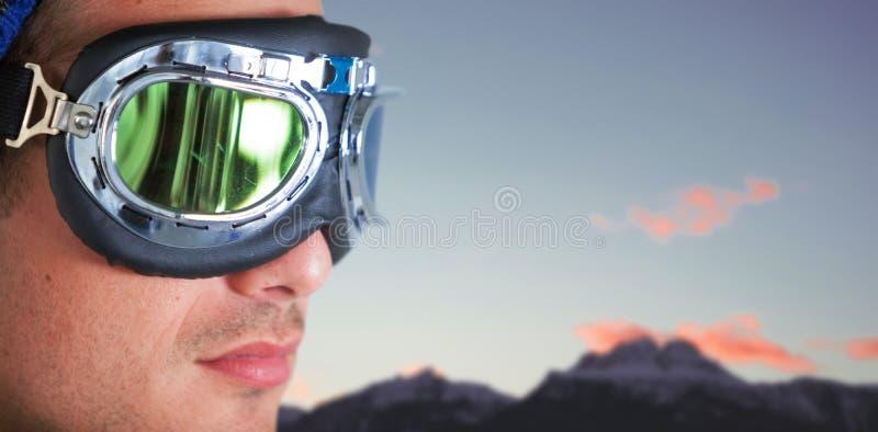 Immagine composita della fine su degli occhiali di protezione d'uso dell'aviatore dell'uomo fotografia stock libera da diritti