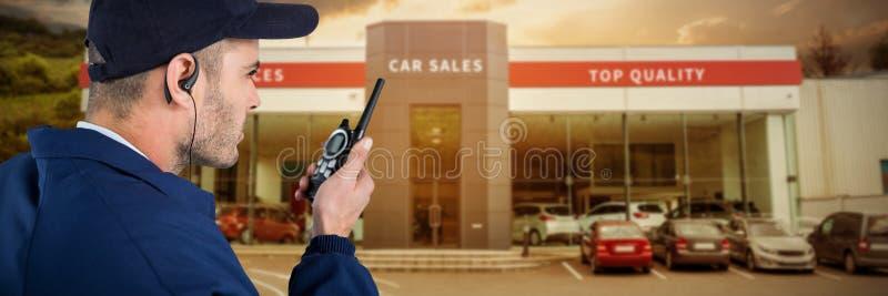Immagine composita della fine su del funzionario di sicurezza che parla sul walkie-talkie fotografia stock