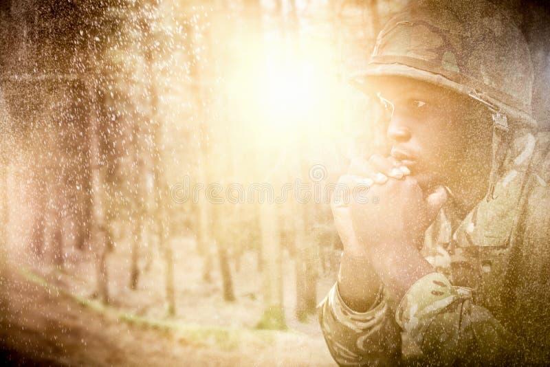 Immagine composita della fine su del soldato militare premuroso immagini stock
