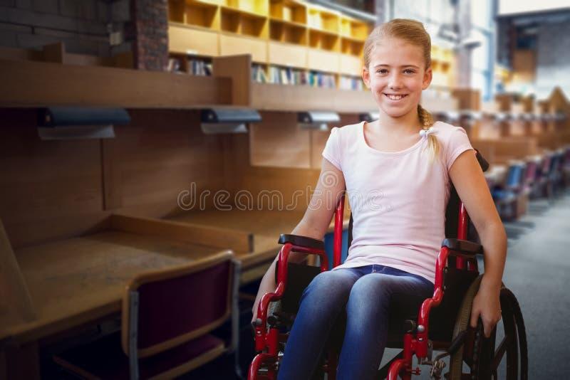 Immagine composita della ragazza che si siede in sedia a rotelle in corridoio della scuola fotografia stock