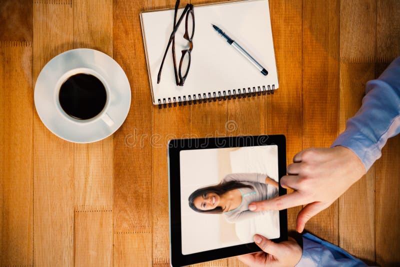 Immagine composita della ragazza graziosa che si siede sul letto fotografia stock libera da diritti