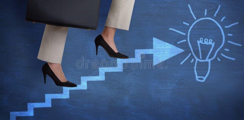 Immagine composita della sezione bassa dei punti rampicanti della donna di affari con la cartella immagine stock libera da diritti