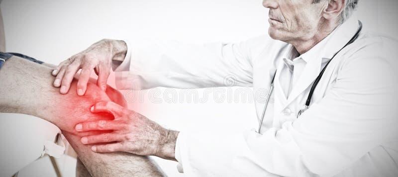 Immagine composita della vista laterale di un ginocchio d'esame dei pazienti di medico maturo fotografie stock