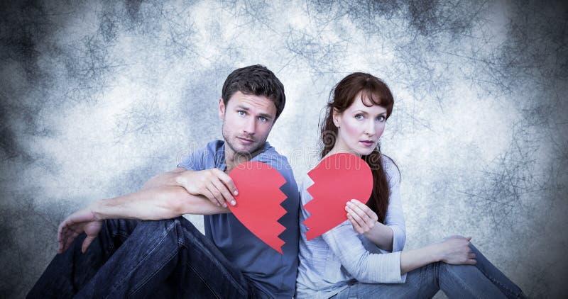 Immagine composita delle coppie che tengono un cuore rotto illustrazione vettoriale