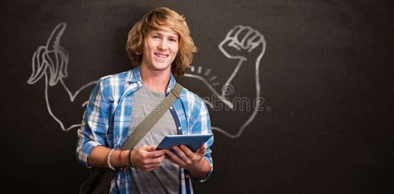 Immagine composita dello studente che utilizza compressa nella biblioteca immagini stock libere da diritti