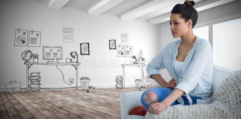 Immagine composita di bella giovane donna che si siede sullo strato fotografie stock