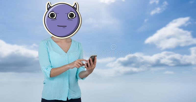 Immagine composita di Digital del fronte della donna coperta di emoji facendo uso del telefono in cielo illustrazione di stock