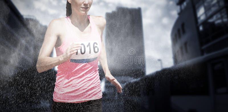 Immagine composita di funzionamento atletico della donna contro il fondo bianco immagini stock libere da diritti