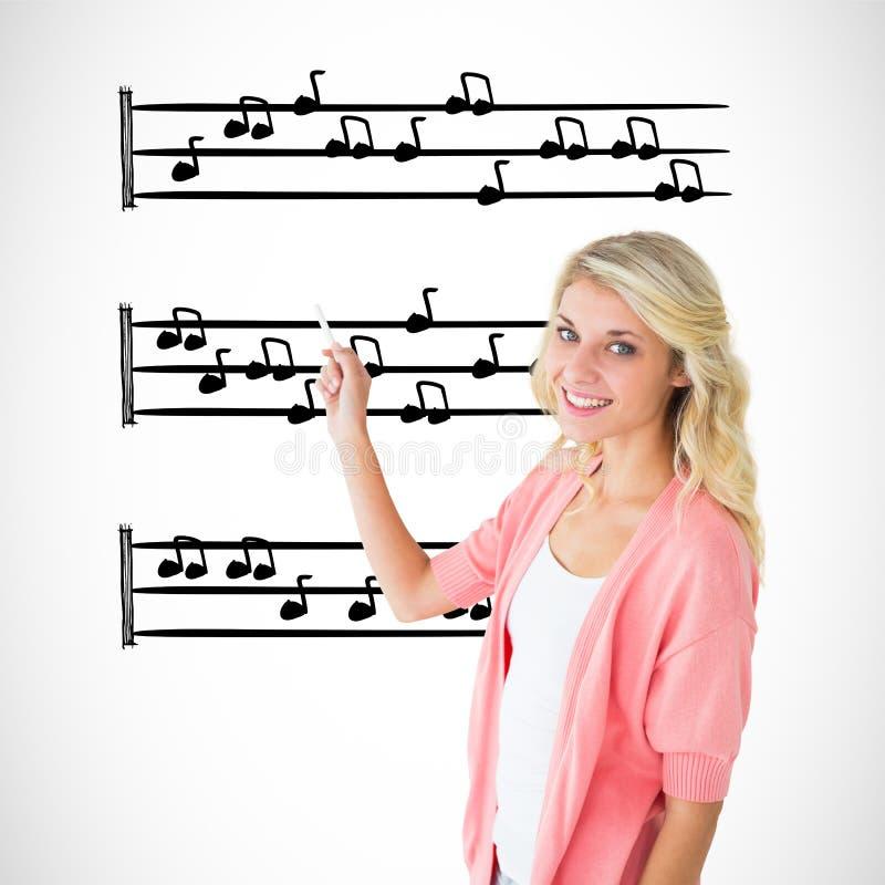 Immagine composita di giovane scrittura graziosa dello studente con il gesso immagine stock libera da diritti