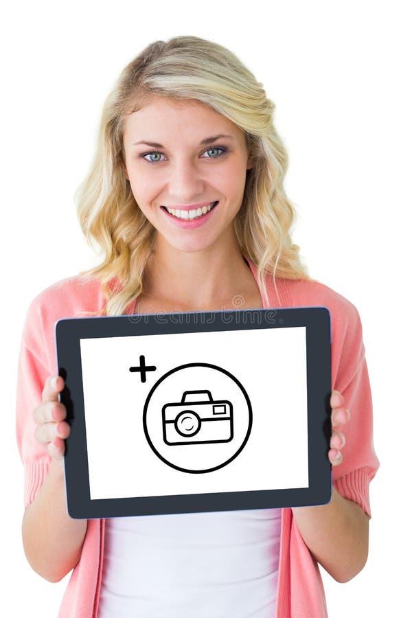 Immagine composita di giovane studente grazioso che mostra il pc della compressa fotografie stock