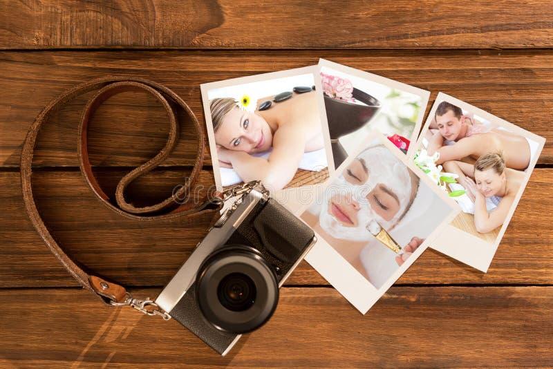 Immagine composita di giovani coppie amorose che godono di un massaggio posteriore fotografie stock