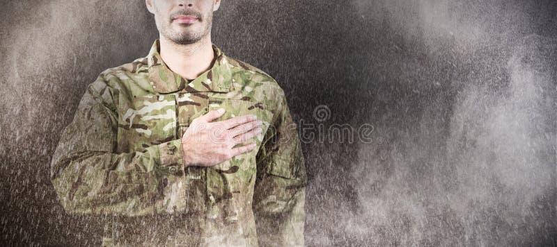 Immagine composita di metà di sezione del soldato che prende giuramento fotografia stock