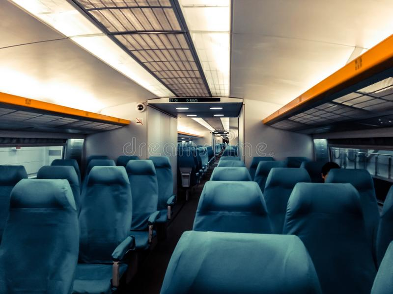 Immagine con l'interno di un treno del confine della porcellana Un treno moderno con le sedie comode e variopinte immagine stock libera da diritti